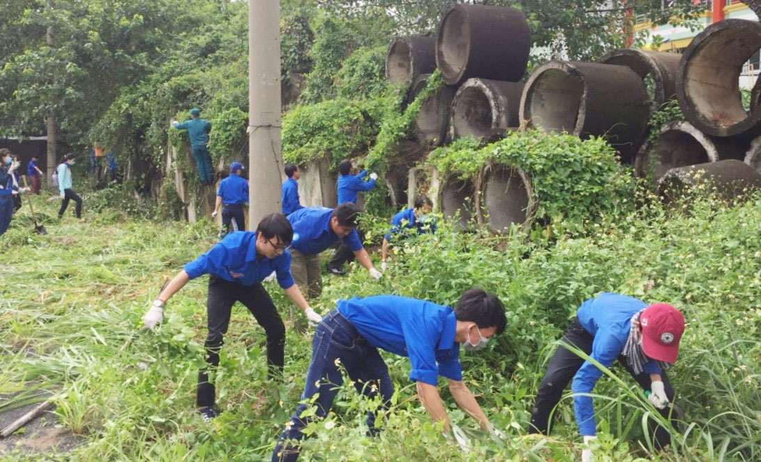 Đoàn Thanh niên thị trấn Cần Giuộc ra quân dọn vệ sinh, phát quang bụi rậm một số tuyến đường trên địa bàn