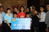 Trao sổ tiết kiệm 100 triệu đồng cho 3 em có cha mẹ bị điện giật chết