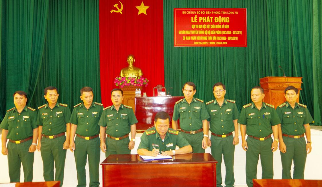 Đại tá Nguyễn Văn Sóc - Phó chỉ huy trưởng BĐBP tỉnh Long An ký chứng kiến đại diện các phòng ban ký kết giao ước thi đua