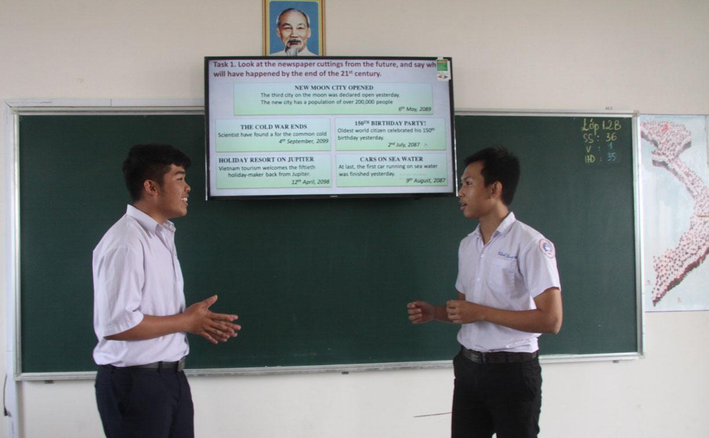 Học sinh thực hành kỹ năng nói trong tiết Tiếng Anh