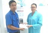 Đoàn Thanh niên hỗ trợ tiền cho học sinh điều trị ung thư