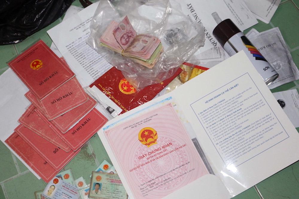 Công an thu giữ sổ đỏ, hộ khẩu của người dân cầm cố để vay tiền