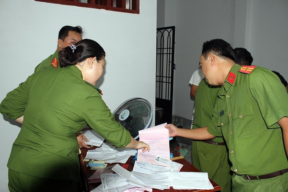 Công an kiểm tra phát hiện nhiều giấy tờ, hồ sơ liên quan đến cho vay nặng lãi