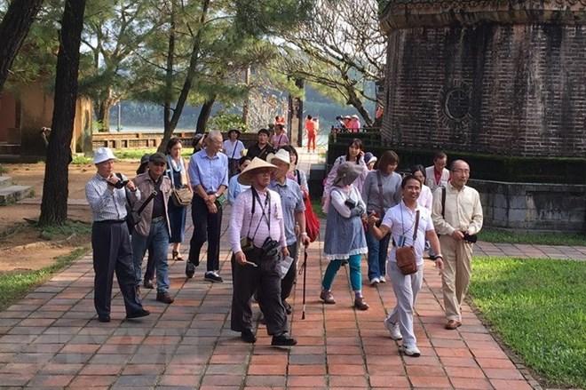 Khách du lịch Nhật Bản tham quan chùa Thiên Mụ, địa điểm du lịch nổi tiếng của thành phố Huế. (Ảnh: Quốc Việt/TTXVN)
