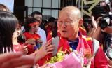 Tuyển Việt Nam đổ bộ UAE, người hâm mộ quây kín thầy Park