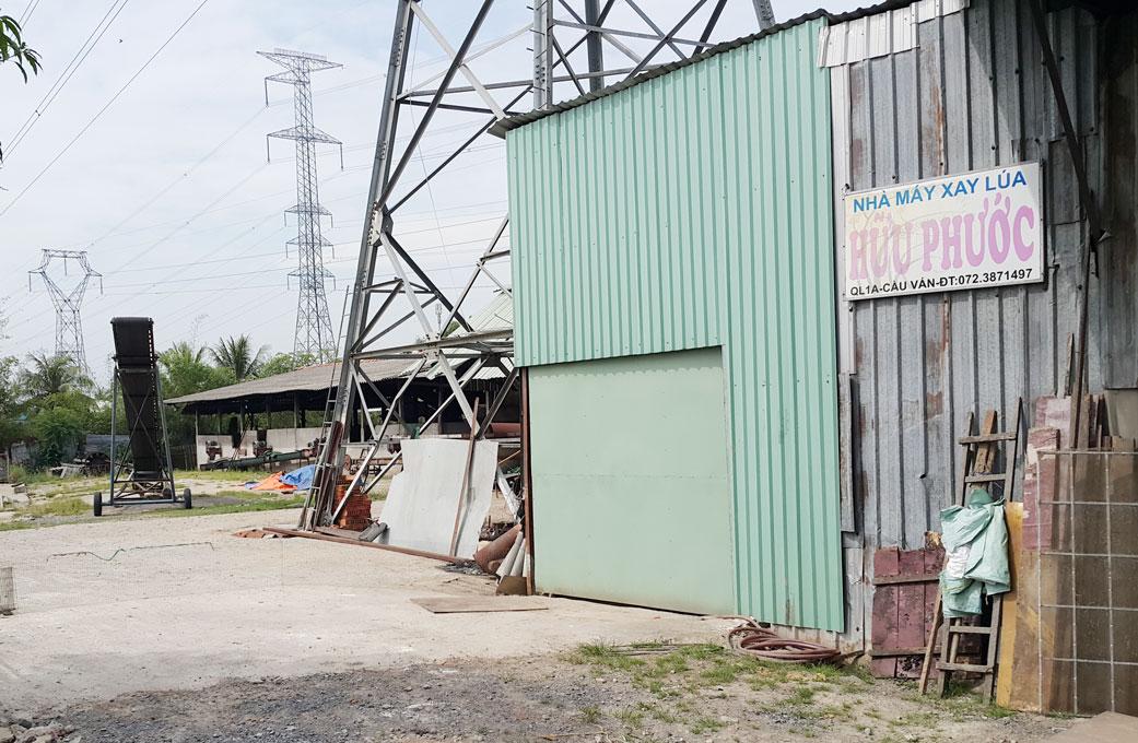 Nhà máy xay xát của gia đình ông Phước - nơi nhóm đòi nợ đến tận nơi chửi bới, lăng mạ