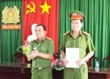 Khen thưởng đột xuất Công an thị xã Kiến Tường về thành tích chống buôn lậu