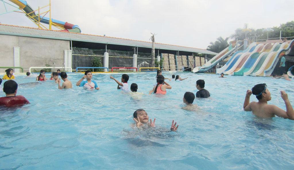 Trẻ em được tham gia học bơi. Đây là một trong những chương trình giáo dục kỹ năng sống của Trường Nuôi dạy trẻ khuyết tật tỉnh