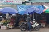 Cả chợ bức xúc vì 1 hộ tiểu thương lấn chiếm bãi đậu xe để buôn bán