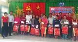 Quỹ Thiện Tâm - Tập đoàn Vingroup tặng quà tết tại Vĩnh Hưng