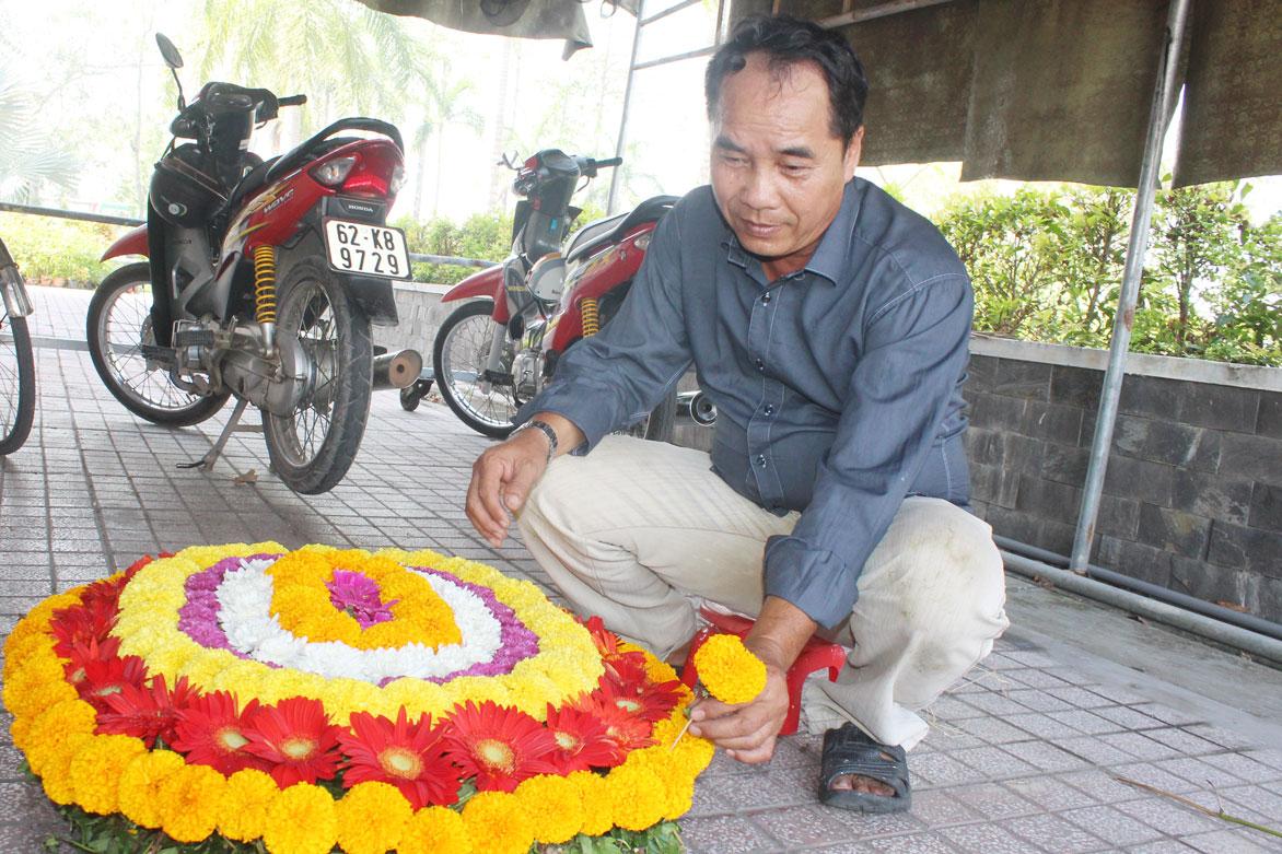 Cán bộ Nghĩa trang Liệt sĩ tỉnh trang trí vòng hoa
