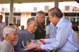Phó Thủ tướng Thường trực Chính phủ - Trương Hòa Bình trao 1.500 phần quà tết tại huyện Cần Giuộc