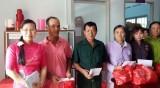 Tặng quà tết cho gia đình chính sách, hộ nghèo xã Tân Phước Tây