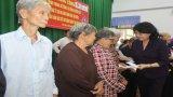 Phó Chủ tịch nước - Đặng Thị Ngọc Thịnh tặng quà tết tại Long An