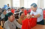 Thứ trưởng Bộ LĐ-TB&XH trao quà gia đình chính sách tại Long An