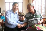 Thứ trưởng Bộ Lao động - Thương binh và Xã hội - Lê Tấn Dũng trao quà tết cho hộ nghèo tại Đức Hòa