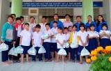 Tặng quà tết cho trẻ em khuyết tật