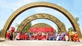 Cổng chào họa tiết trống đồng của Làng Sen Việt Nam đạt Kỷ lục Quốc gia