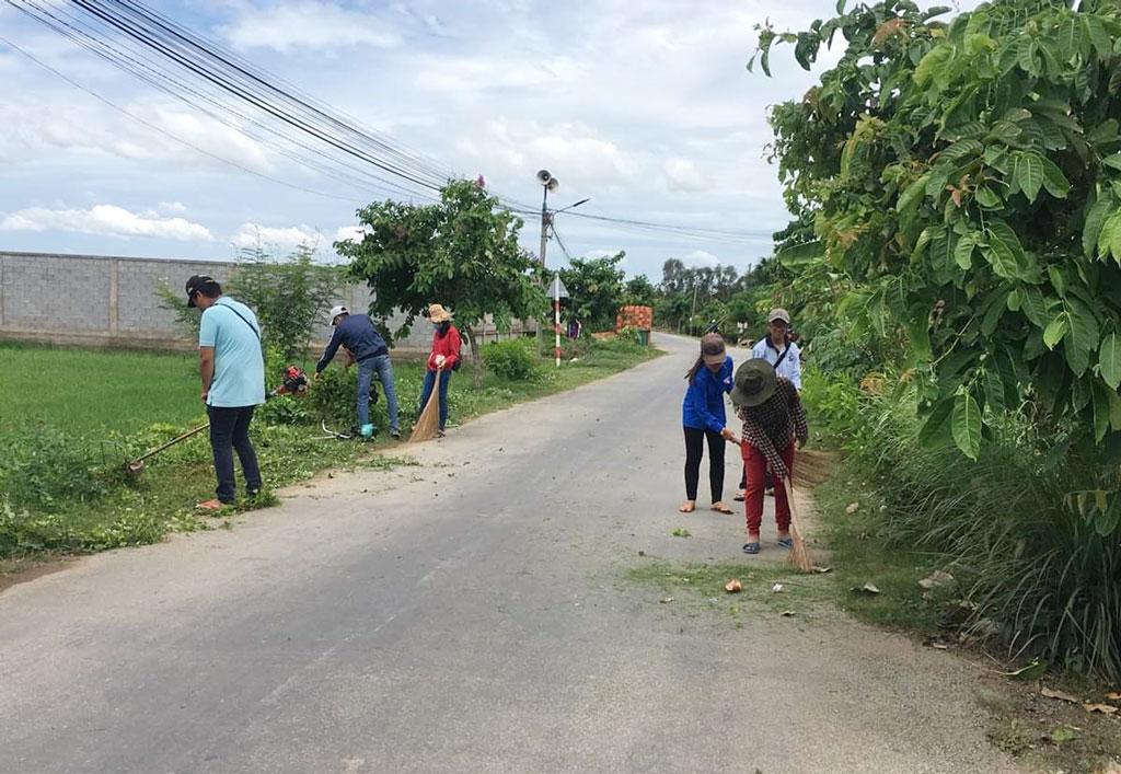 Người dân tham gia nhặt rác, dọn vệ sinh trên các tuyến đường