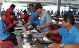 Bảo đảm chất lượng bữa ăn cho công nhân