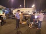 Va chạm với xe bồn tưới nước, một người đàn ông bị thương nặng
