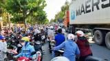 Giờ cao điểm, phía trước Trường Tiểu học Nguyễn Trung Trực thường xuyên ùn tắc