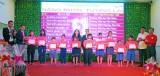 Văn phòng Tổng đại lý Prudential Tân An - Tầm Vu tặng học bổng học sinh nghèo