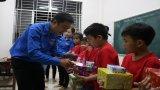 Đoàn viên thanh niên trao quà cho học sinh nghèo