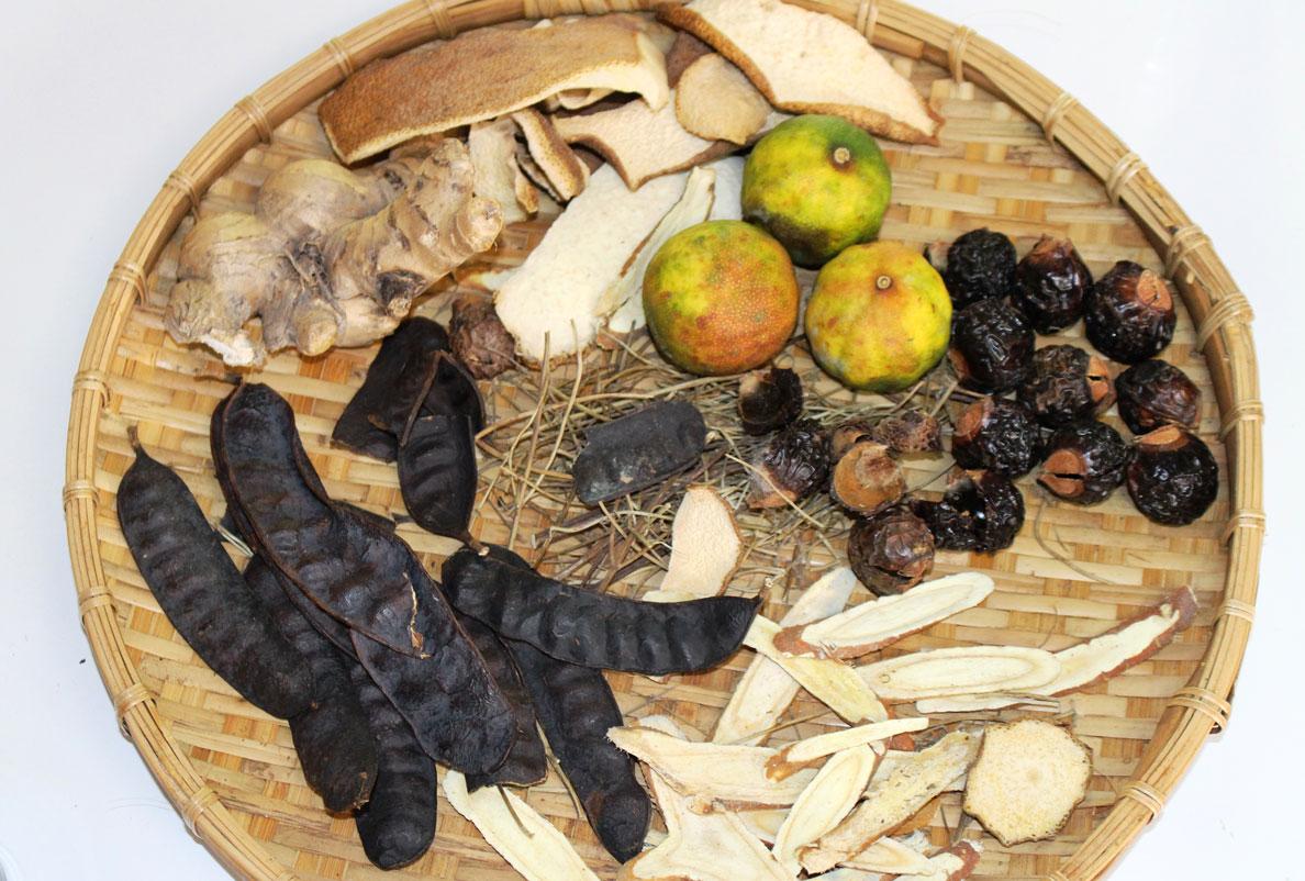 Nhiều loại thảo dược: Bồ kết, bồ hòn, cỏ mần trầu, vỏ bưởi,… được chị Huỳnh Thị Kim Hoàng kết hợp tạo ra sản phẩm dầu gội không bọt Yopoo