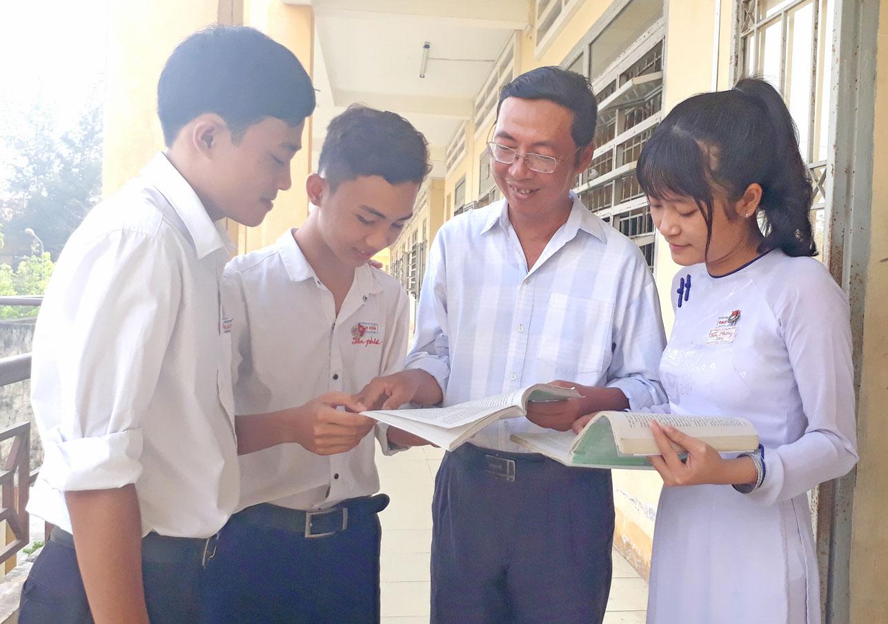 Thầy Nguyễn Trọng Hoàng đang  hướng dẫn học sinh