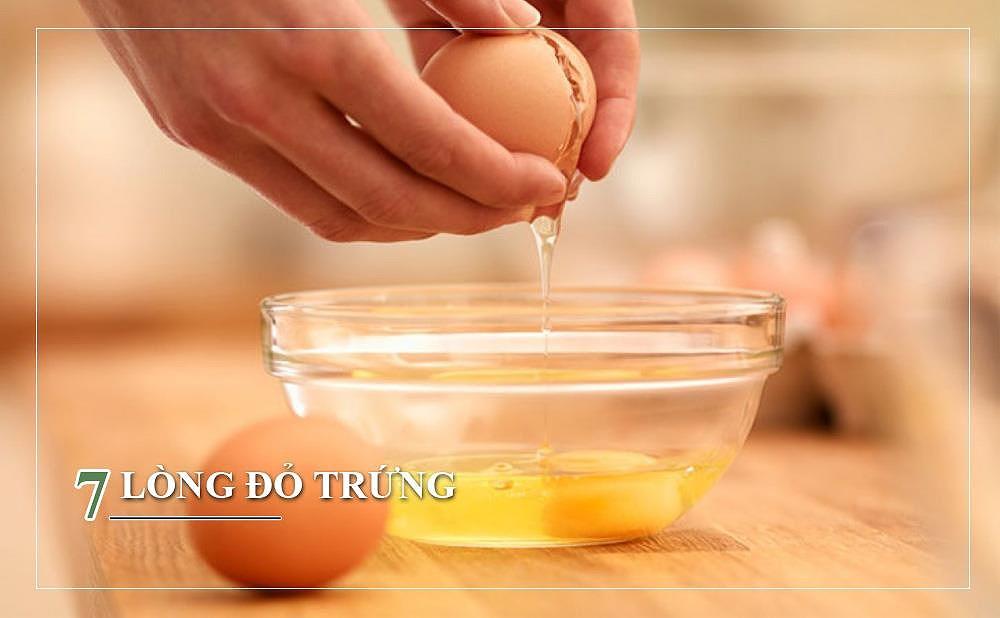 Nó chứa lutein giúp chữa lành tóc dễ gãy, hạn chế việc chẻ ngọn và làm bóng tóc. Có thể làm mặt nạ tóc bằng cách trộn hỗn hợp dầu ôliu cùng trứng, đánh đều và ủ trong 20 phút.