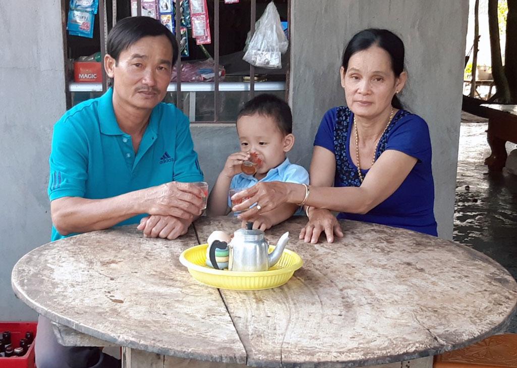 Ông Nguyễn Thành Cho và bà Võ Thị Loan hạnh phúc bên cháu ngoại của mình