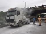 Hà Nội: Cháy xe container, cảnh sát giao thông giúp tài xế dập lửa