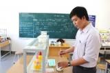 """Thầy giáo """"biến"""" lá chùm ruột thành xà phòng rửa tay thân thiện với môi trường"""