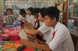 Tặng 630 quyển sách cho trường học và đồn biên phòng tại Đức Huệ