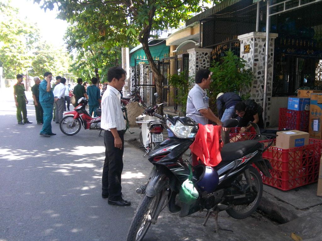 Câu lạc bộ Môi trường Cựu chiến binh phường 4 phối hợp lực lượng chức năng vận động, nhắc nhở người dân không lấn chiếm  lòng, lề đường để kinh doanh, mua bán