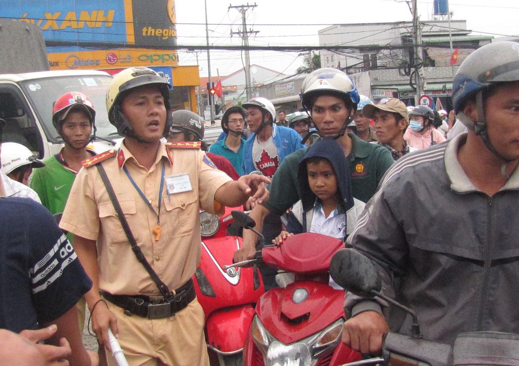 Cảnh sát giao thông  điều tiết giao thông ngã tư Bình Nhựt-QL1