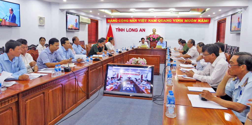 Secretary of Provincial Party Committee, Chairman of Provincial People's Council - Pham Van Ranh; Chairman of the provincial People's Committee - Tran Van Can, leaders of departments and sectors attended at Long An end-point bridge