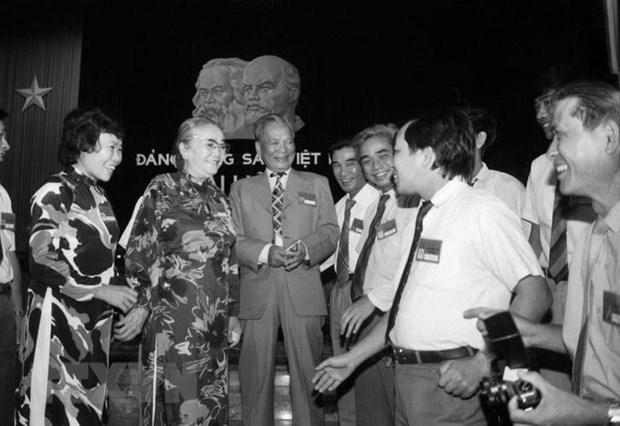 Chủ tịch nước Lê Đức Anh và Phó Chủ tịch Hội đồng Nhà nước Nguyễn Thị Định gặp gỡ các đại biểu dự Đại hội VII Đảng Cộng sản Việt Nam, ngày 24/6/1991, tại Hà Nội. (Ảnh: Minh Điền/TTXVN)