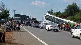 Né ô tô bị nhóm côn đồ chặn đánh giữa đường, xe khách cắm đầu xuống vực