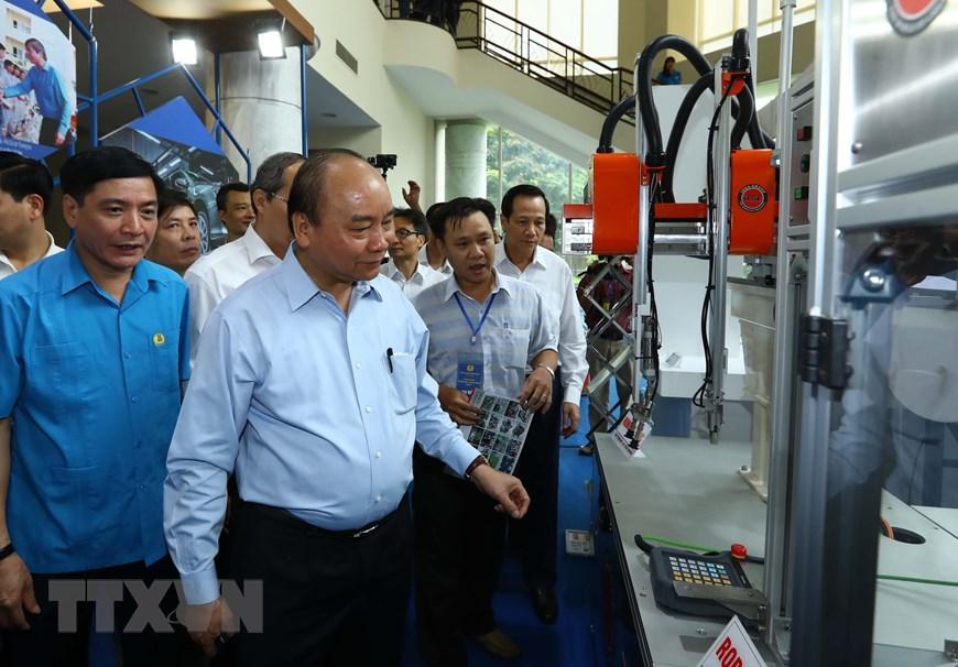 Thủ tướng Nguyễn Xuân Phúc thăm các gian hàng trưng bày. (Ảnh: Thống Nhất/TTXVN)