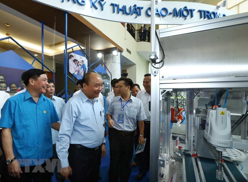 Thủ tướng Nguyễn Xuân Phúc thăm các gian hàng trưng bày. (Ảnh: Thống Nhất/TXVN)