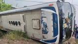 Lật xe chở công nhân, 10 người bị thương