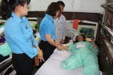 Liên đoàn Lao động Long An hỗ trợ tiền cho công nhân bị thương do lật xe