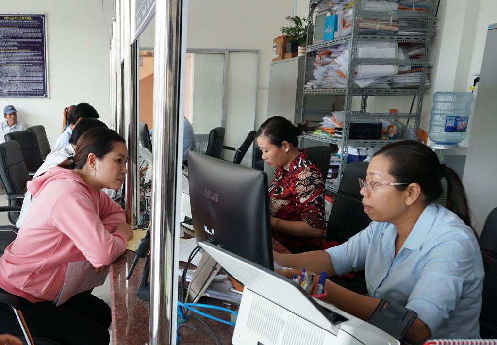 Hàng ngày, cán bộ, công chức tiếp đón nhiều lượt người đến giải quyết thủ tục hành chính