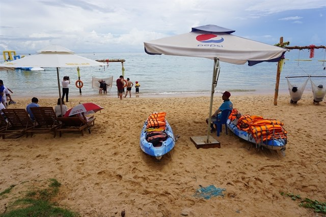 Travalers visit Phu Quoc island in Kien Giang province. (Photo: VNA)
