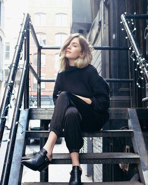 Hãy mặc gam màu tối nếu bạn không muốn bị vấy bẩn bởi mưa rào.