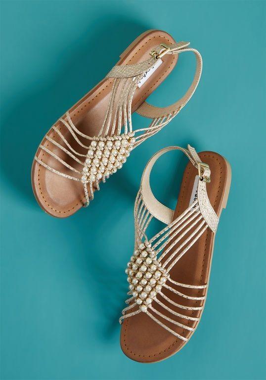 Không thể thiếu giày, dép sandal.