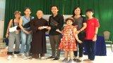 Ca sĩ Đình Phước trao quà cho học sinh Trường Bồ Đề Phương Duy