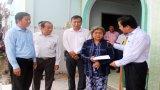 Phó Chủ tịch UBND tỉnh Long An - Phạm Tấn Hòa thăm 5 gia đình có nhà bị sạt lở tại xã Lợi Bình Nhơn
